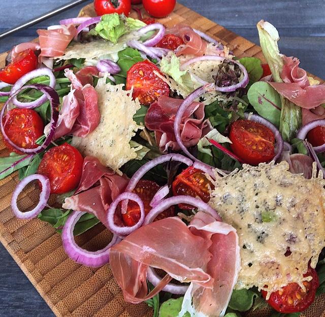 Salade met parma ham, gerookte tomaatjes en parmezaanse kaas