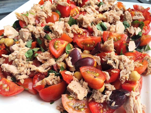 Heerlijke salade met tonijn en kikkererwten