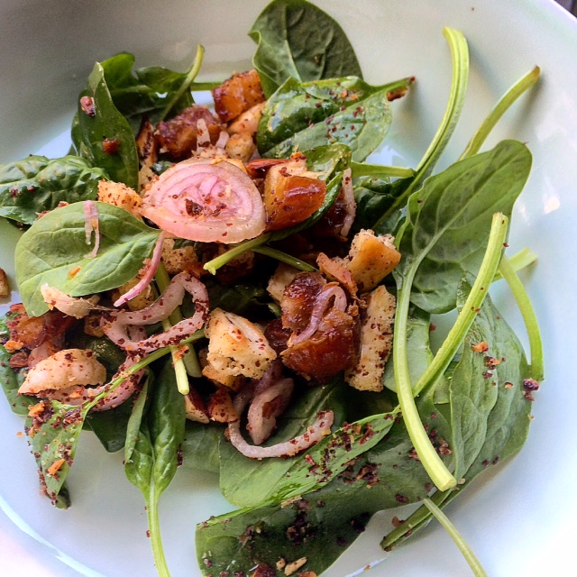 Salade van Ottolenghi met dadels en pitabroodjescroutons!