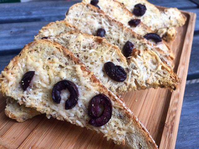 Knapperig brood met parmezaanse kaas en kalamata olijven