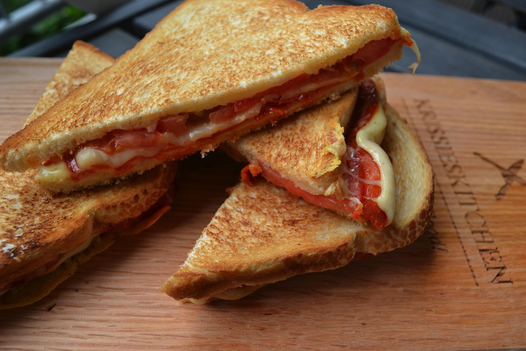 Snelle, makkelijke maar heerlijke tosti met chorizo, tomaat, kaas en gruyere kaas!