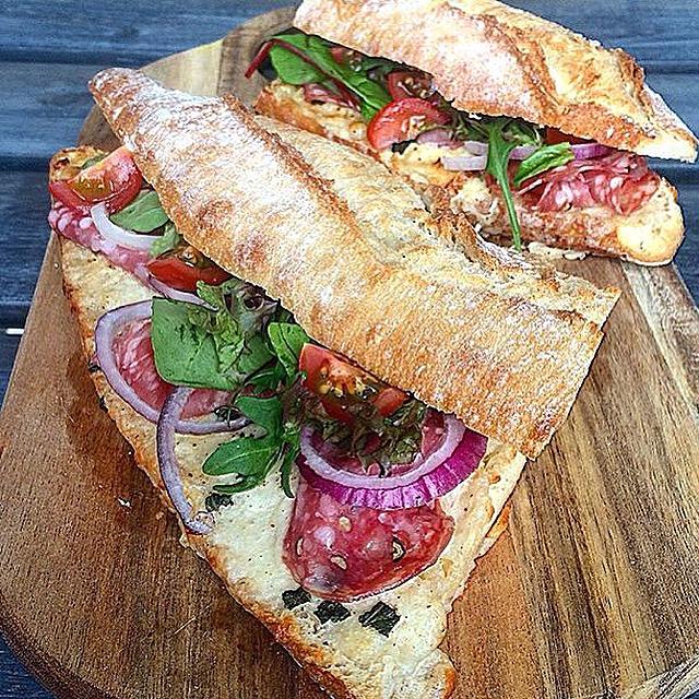 Broodje gesmolten gruyere met salami