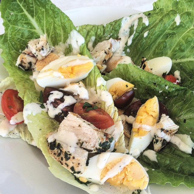 Salade met gekruide kip, tomaat en olijven