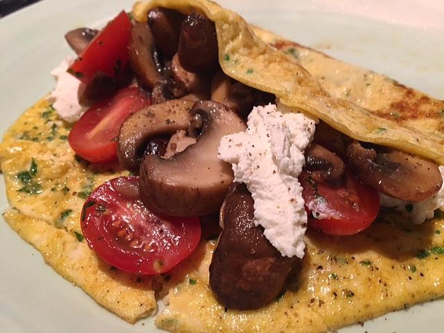 Omelet met champignons, tomaat en ricotta