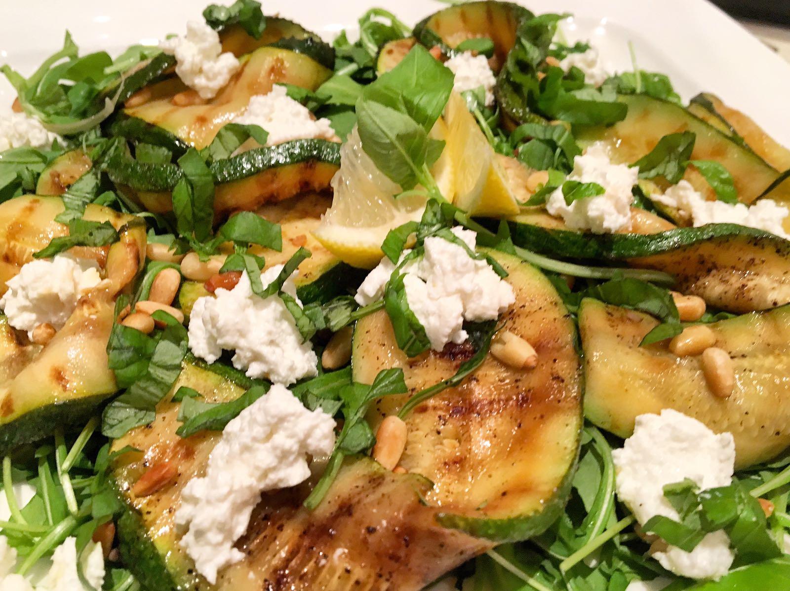 Gegrilde courgette salade met warme geitenkaas