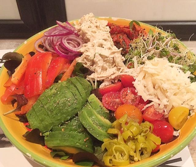 De perfect georganiseerde salade (met kip, tomaat, pepers, alfalfa, ui en parmezaanse kaas)