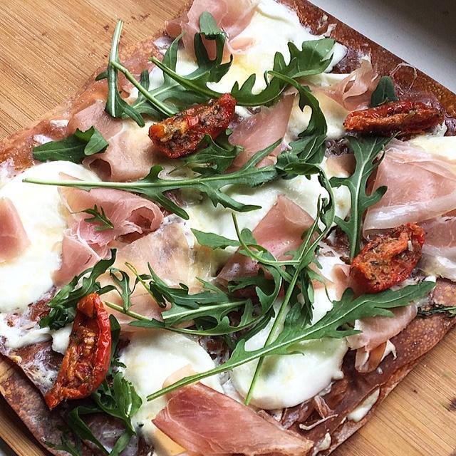 Slanke pizza met parmaham, buffelmozzarella en gruyere