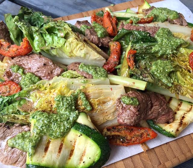 Gegrilde biefstuk salade met zelfgemaakte pesto